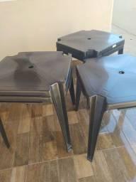 Mesas e cadeiras de plástico e mesas de palete
