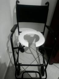 Título do anúncio: Vendo Cadeira com rodinhas para banho, e Guarda Roupa de ótima qualidade ( madeira )