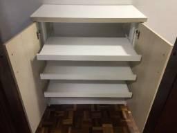 Sapateira com três gaveteiros e prateleira inferior