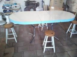Mesa e banquinhos