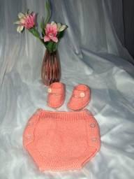 Conjunto tapa fralda e sapatinho em tricô