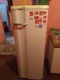 Uma geladeira re 29super