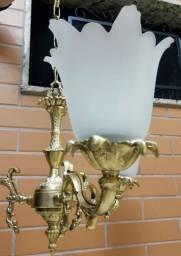 Lindíssimo e vistoso lustre em bronze maciço para três lâmpadas