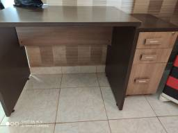 Mesa com criado mudo