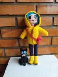 Coraline com casaco, bolsa e gato de crochê