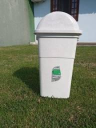 Cestas e galões de armazenamento de água ou lixo