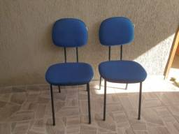 Cadeiras estofadas usadas.