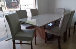 Mesas e cadeiras novas de madeira laqueadas