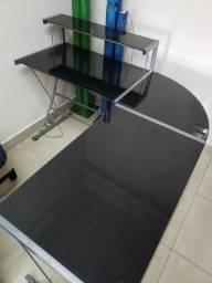 MESA. p/ escritório, de canto com apoio para teclado, tampos de vidro preto