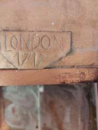 Luminária de metal inglesa  273 anos