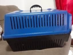 Caixa transportadora pra cães.