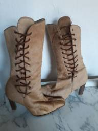Bota de couro legítimo com pelinhos,usada mas conservarda numeração 37,mas calça (35 36) .