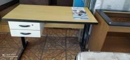 Escrivaninha e armário de escritório