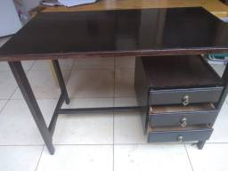 Escrivaninha de madeira boa,lixada e envernizada.