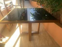 Mesa quadrada de madeira maciça com tampo de vidro