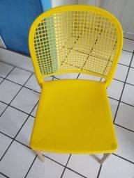 Mesa top branco de vidro mais quatro cardeais amarelas