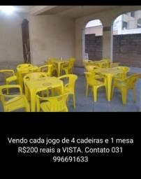 Título do anúncio: Vendo cada jogo de 4 cadeiras e 1 mesa no valor de R$ 200,00 reais cada a vista.