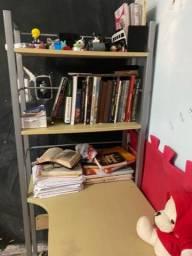 Mesinha escritório com estante de livros
