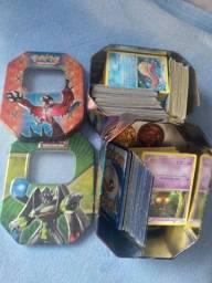 Cartas Pokémon, lata e álbum com 468 cartas várias brilhantes