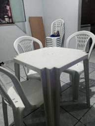Jogo de mesa com 4 cadeiras.