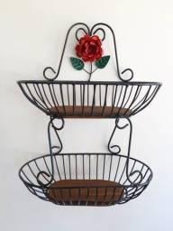 Fruteira De Parede Artesanal Com Flor em Ferro
