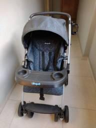 Carrinho com bebê conforto azul da Burigotto