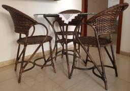 Mesa Redonda com tampo de vidro em fibra sintética com 3 cadeiras - menos de 1 ano de uso