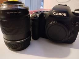 Canon 7d + lente 18-135 com 70k clicks.