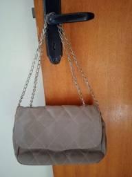 Bolsa de couro sintético com alça em metal