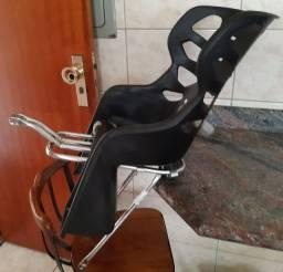 Cadeirinha Infantil Bike Preta Traseira, com Garupa em Alumínio.