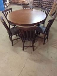 Mesa redonda com 6 cadeiras torneadas de madeira