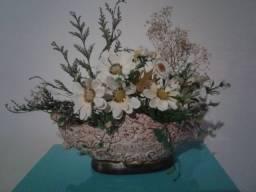 Vaso de gesso com flores