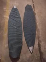 Duas pranchas de Surf com capa.