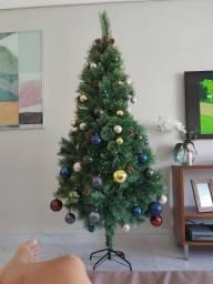 Árvore de Natal com bolinhas e as pinhas