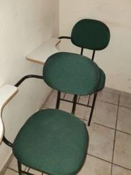 Cadeiras escolares intactas
