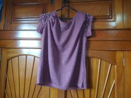 Camiseta feminina com glitter e pedrarias na manga