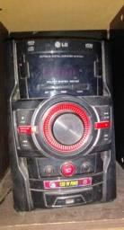 Som LG Mini System com potência de 120W RMS, função Auto DJ e entrada USB Bluetooth