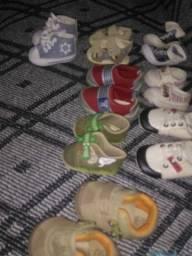 Bebê conforto e sapatos e algumas roupinhas desapego