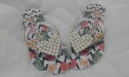 kit dois pares de chinelos bordados Laura CHIC novos .Número 33/34