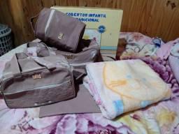 Bolsa maternidade e um cobertor