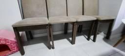 Cadeiras estofadas com avaria