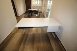 Mesas e balcões para escritório
