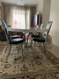 Mesa retrátil e cadeiras