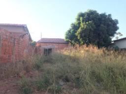 Terreno com casa em processo de construção