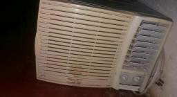 Ar condicionado 7500 BTUs.