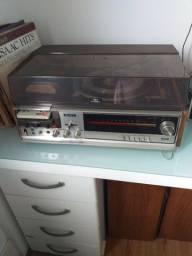 Rádio, vitrola de discos e fita cacete