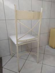 Cadeiras de ferro brancas