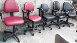 Título do anúncio: Cadeiras de escritório giratórias de couro com rodinhas e braços 200 reais cada uma