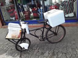 Bicicleta cargueira com o isopor e térmica