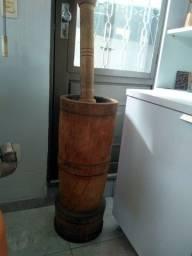 Pilão de madeira.